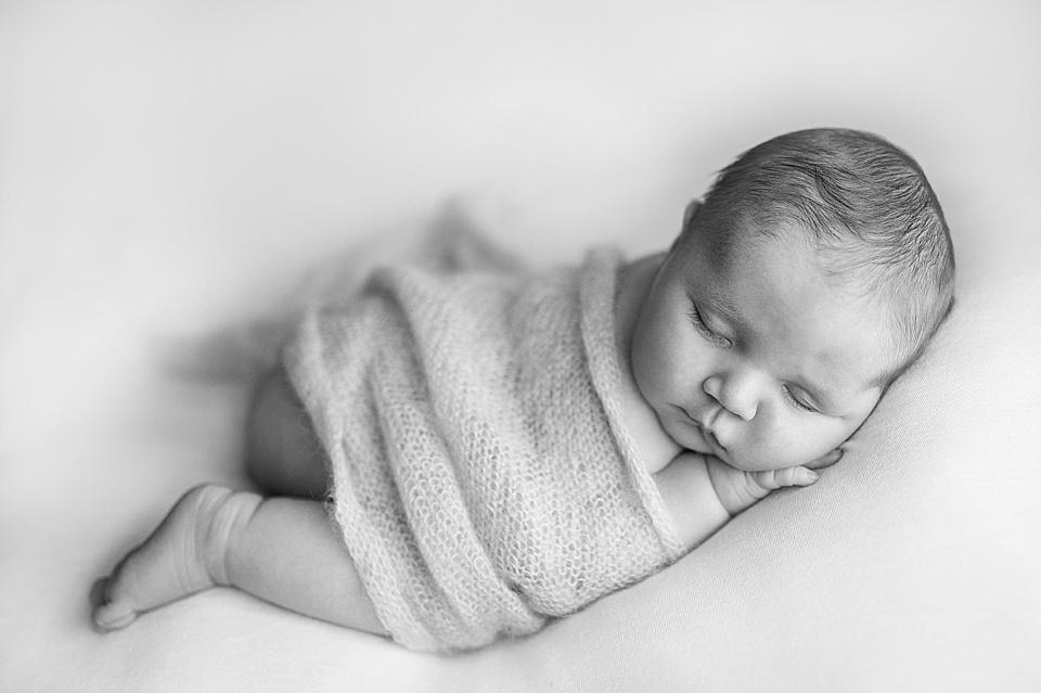 Säugling schläft in Bauchlage - schwarzweiß