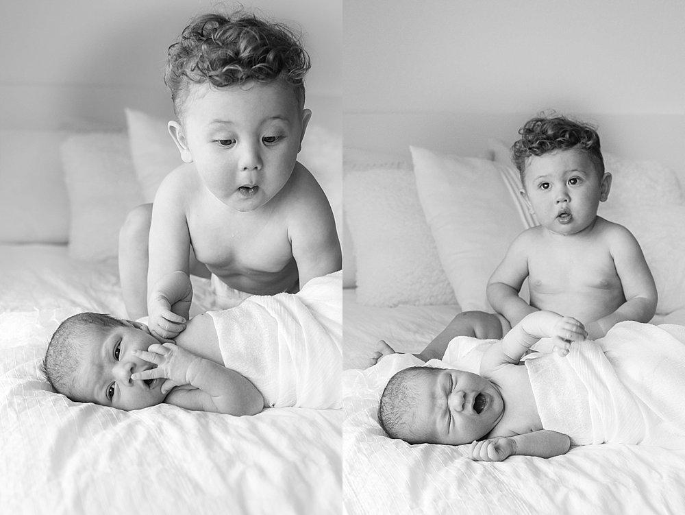 Neugeborenes mit seinem Bruder - schwarzweiß