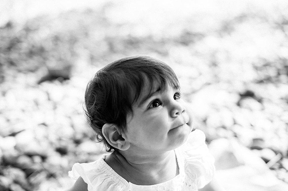 Braunhaariges junges Mädchen in weißem Kleid - schwarzweiß