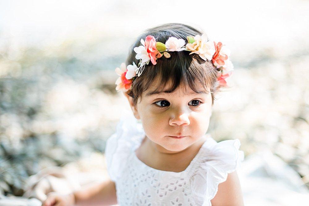 Süßes Mädchen mit Blumenkranz im Haar