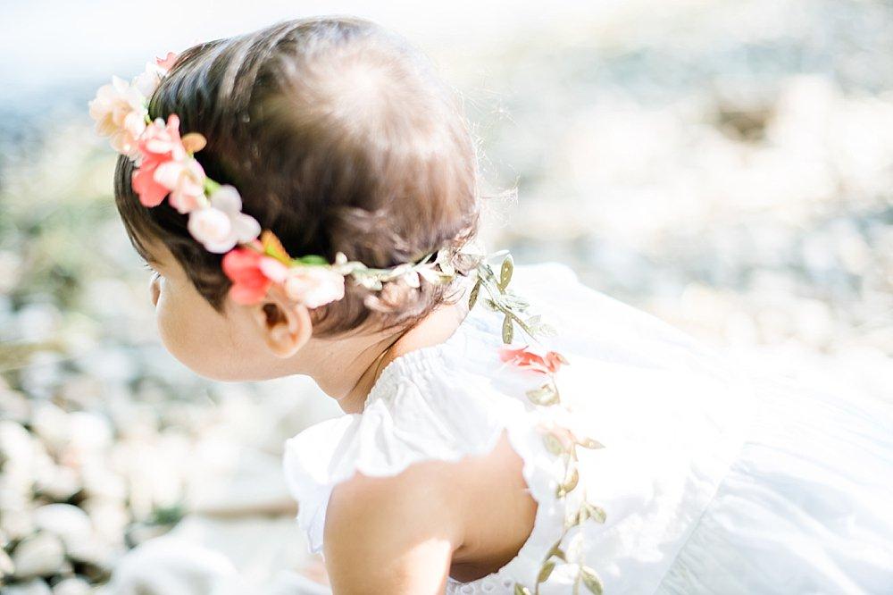 Mädchen in weißem Kleid und Blumen im Haar