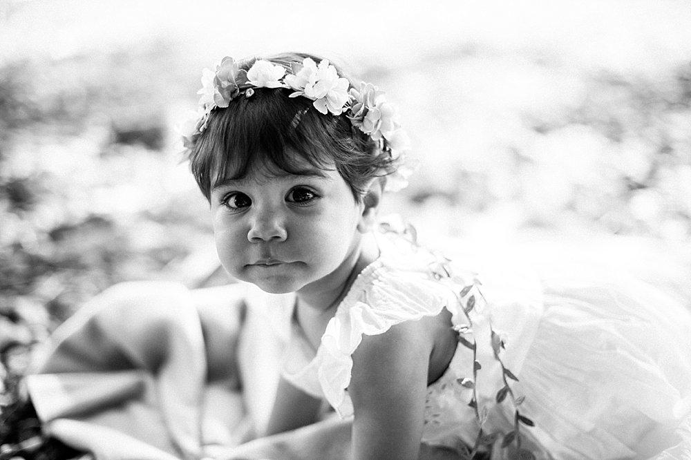Kleines Mädchen mit Blumenkranz im Haar - schwarzweiß