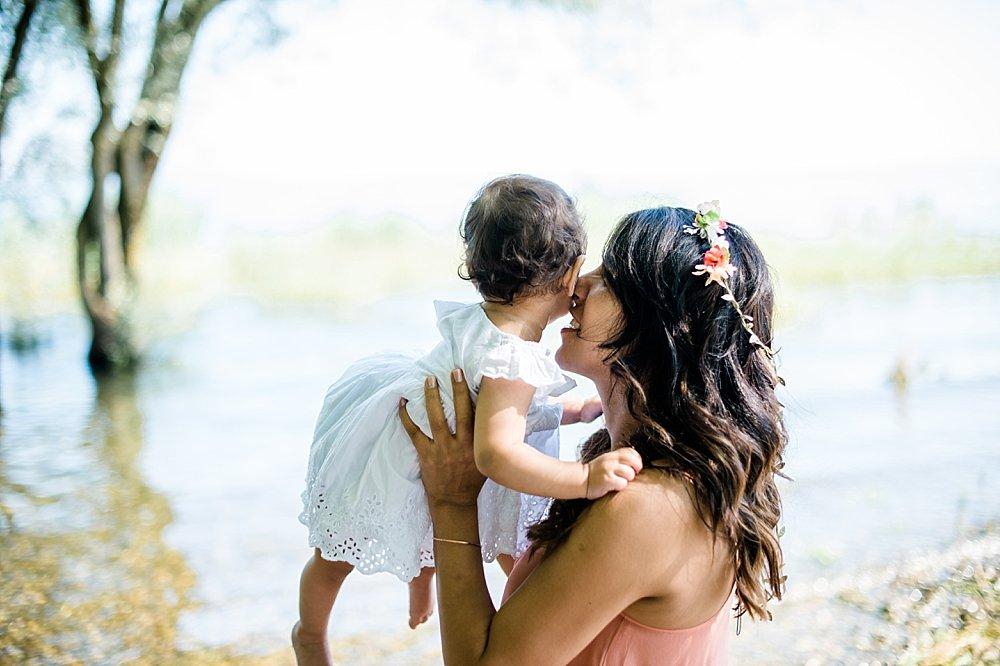 Junge Mutter hält ihre Tochter auf dem Arm
