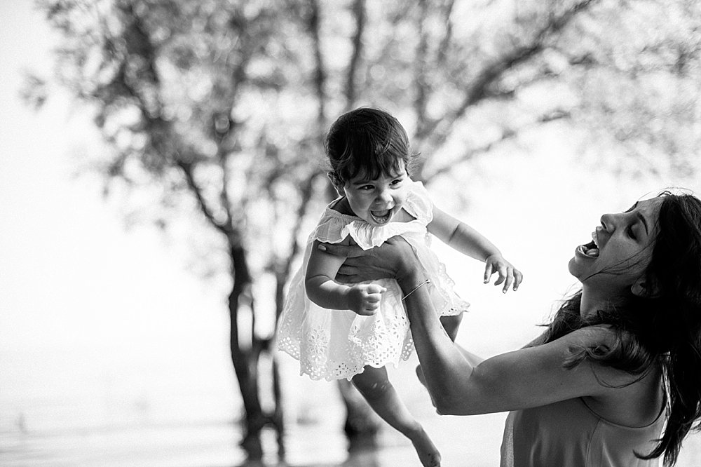 Mutter spielt mit ihrer kleinen Tochter - schwarzweiß