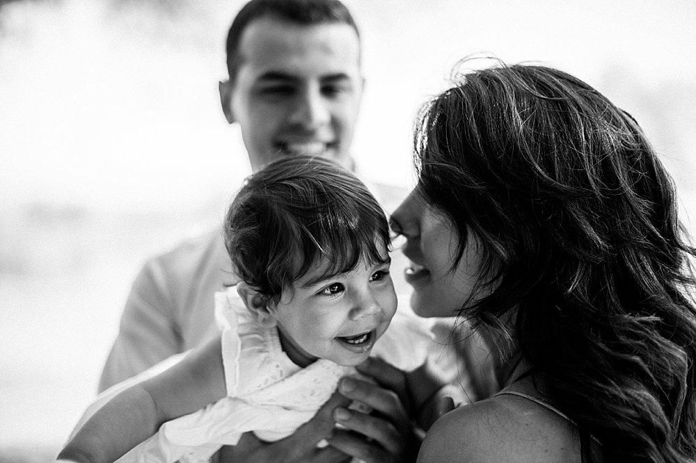 Liebevolle Familie mit ihrer Tochter - schwarzweiß