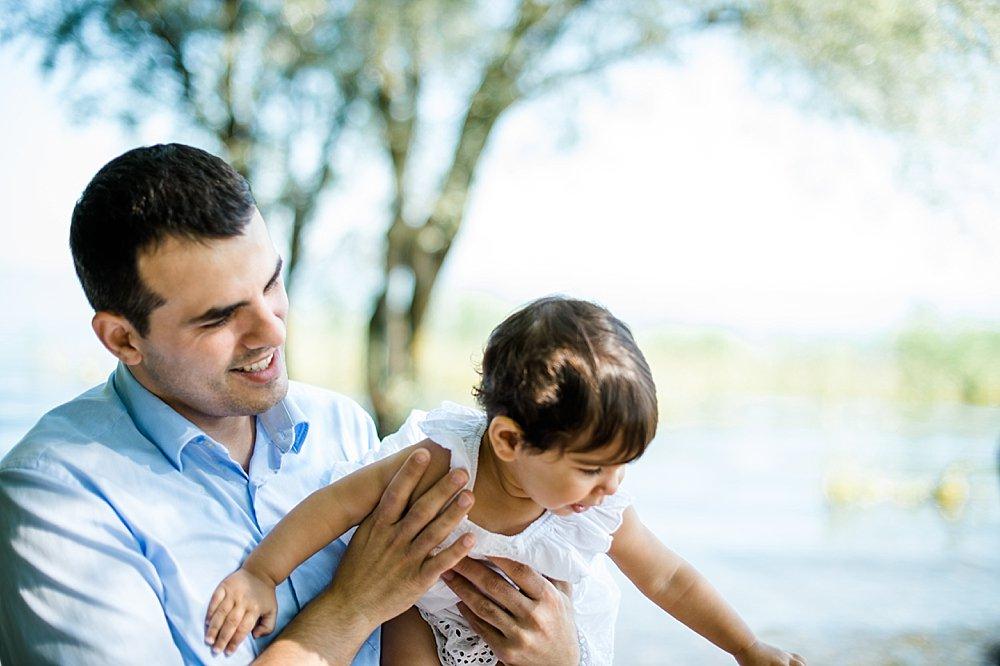 Vater trägt seine Tochter auf dem Arm