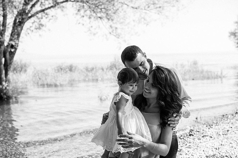 Vater, Mutter und Tochter verbringen einen Tag am See - schwarzweiß
