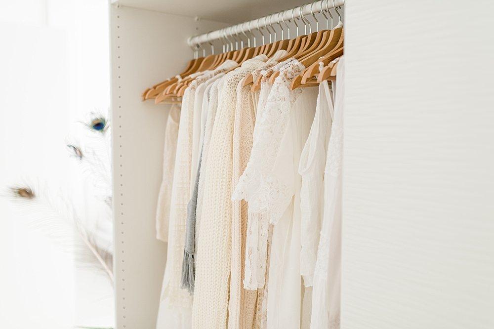 Weiße Kleidungsstücke im Kleiderschrank
