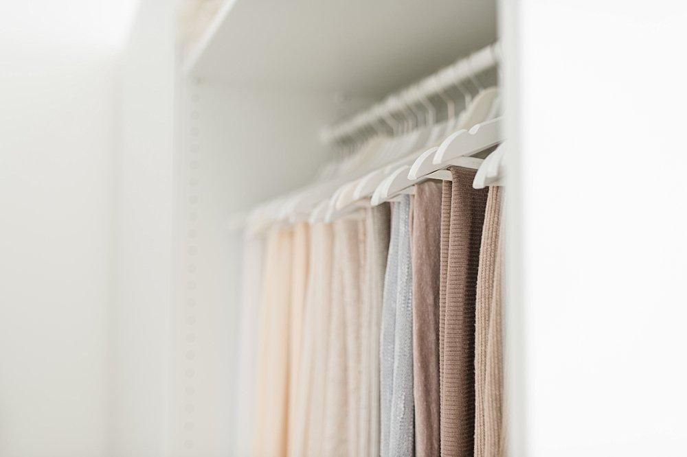 Nudefarbene Keidung auf weißen Kleiderbügeln