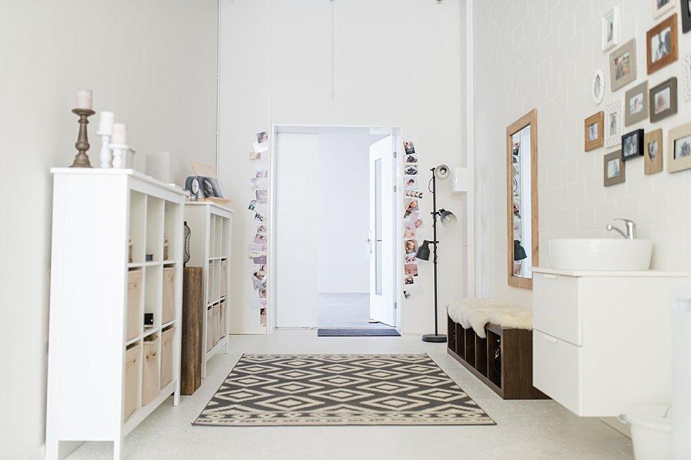 Helles, modern eingerichtetes Zimmer