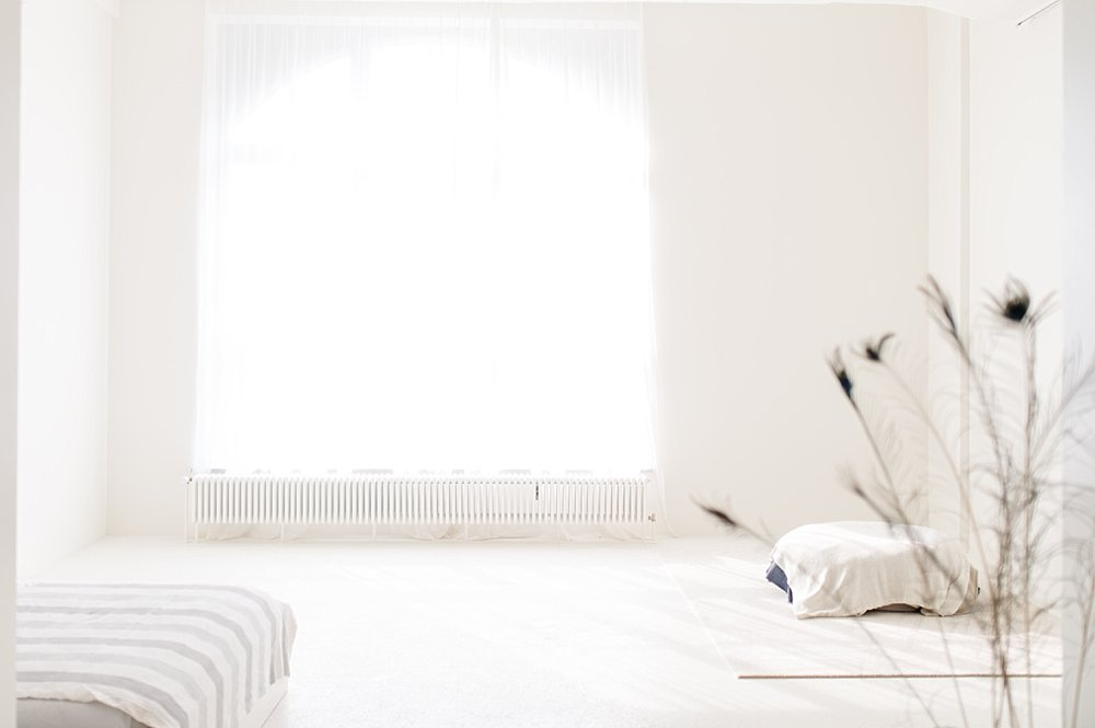 Weißer, heller Raum mit großem Fenster