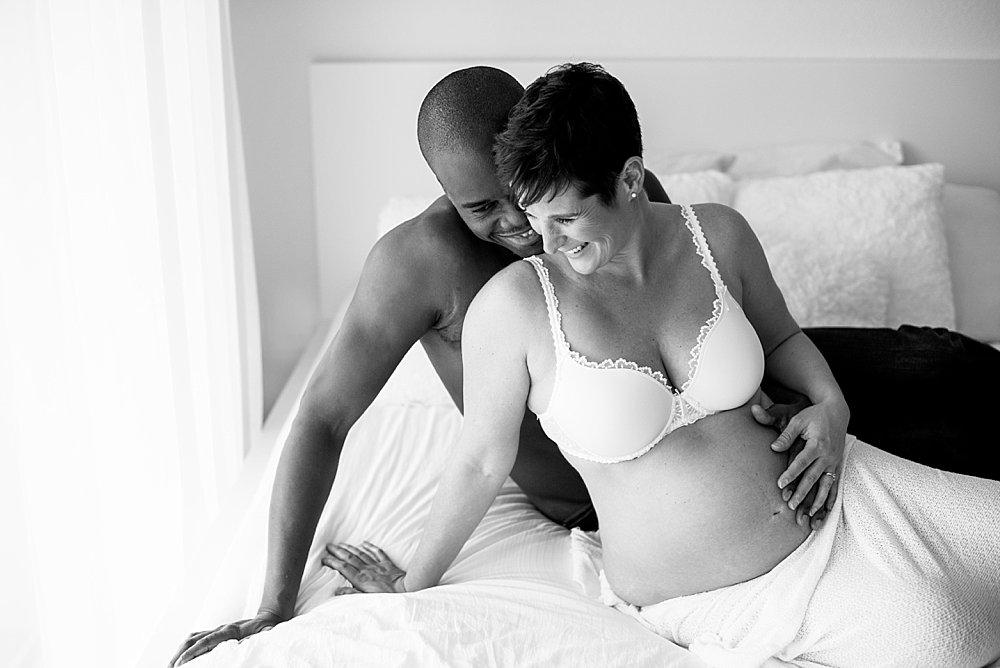 Baldige Eltern sitzen auf dem Bett - schwarzweiß