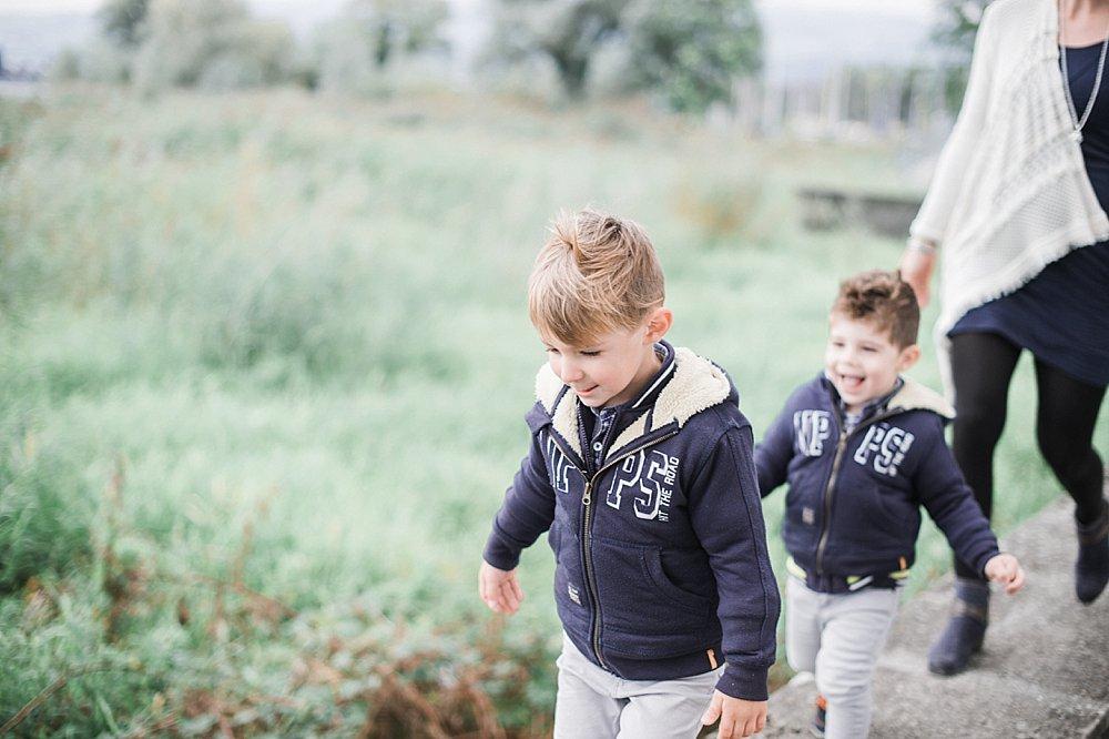 Zwei Jungs spazieren mit ihrer Mama