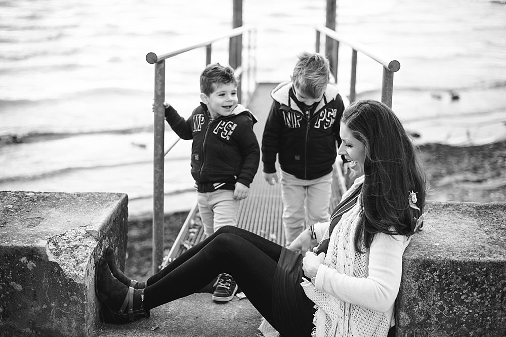 Junge Frau mit ihren beiden Söhnen am Steg
