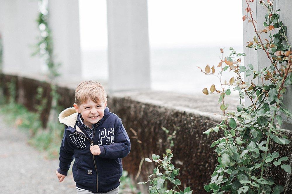 Fröhlicher kleiner Junge