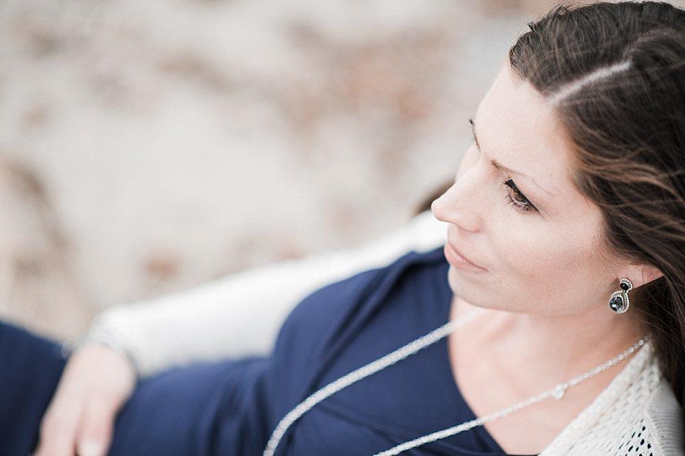 Brünette Frau mit dunkelblauem Shirt
