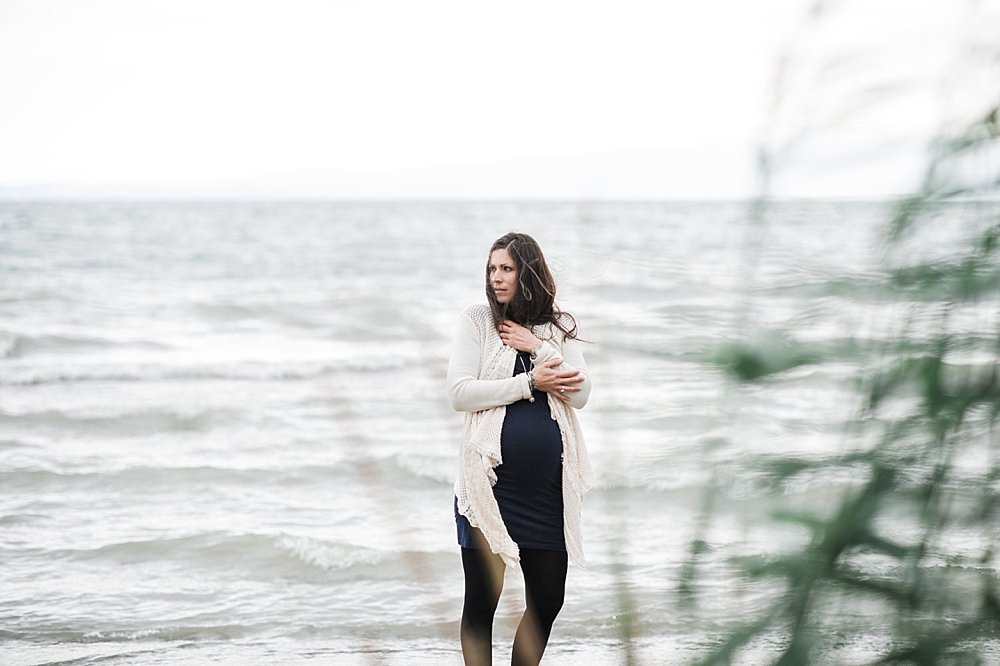 Schwangere Frau am Bodensee