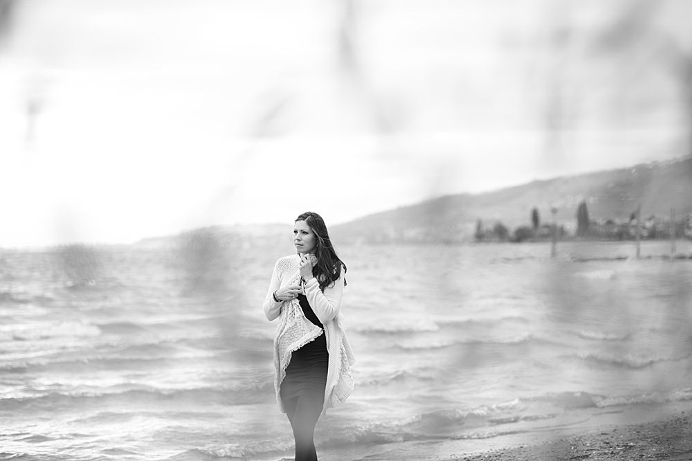 Junge Frau spaziert am See