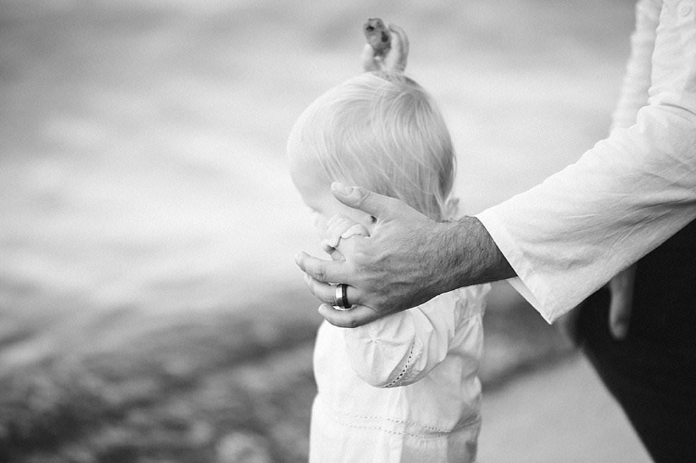 Vater hält seine Tochter an der Hand - schwarzweiß