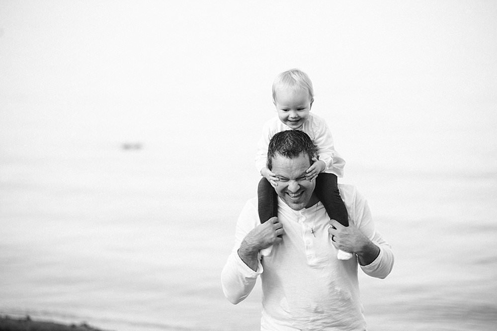 Tochter sitzt bei ihrem Vater auf der Schulter