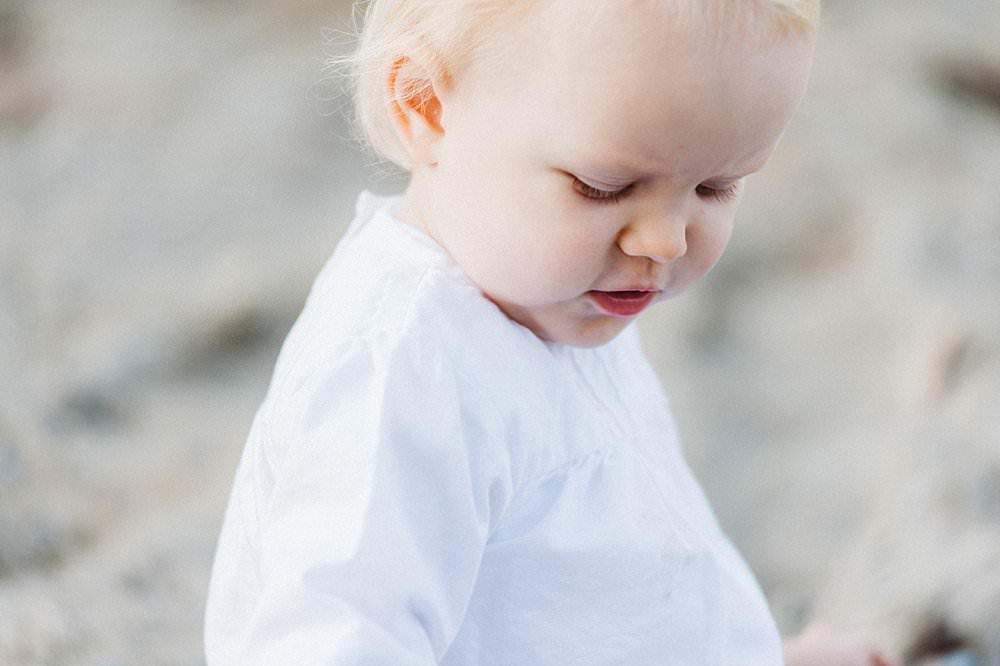 Blondes junges Mädchen mit weißem Shirt