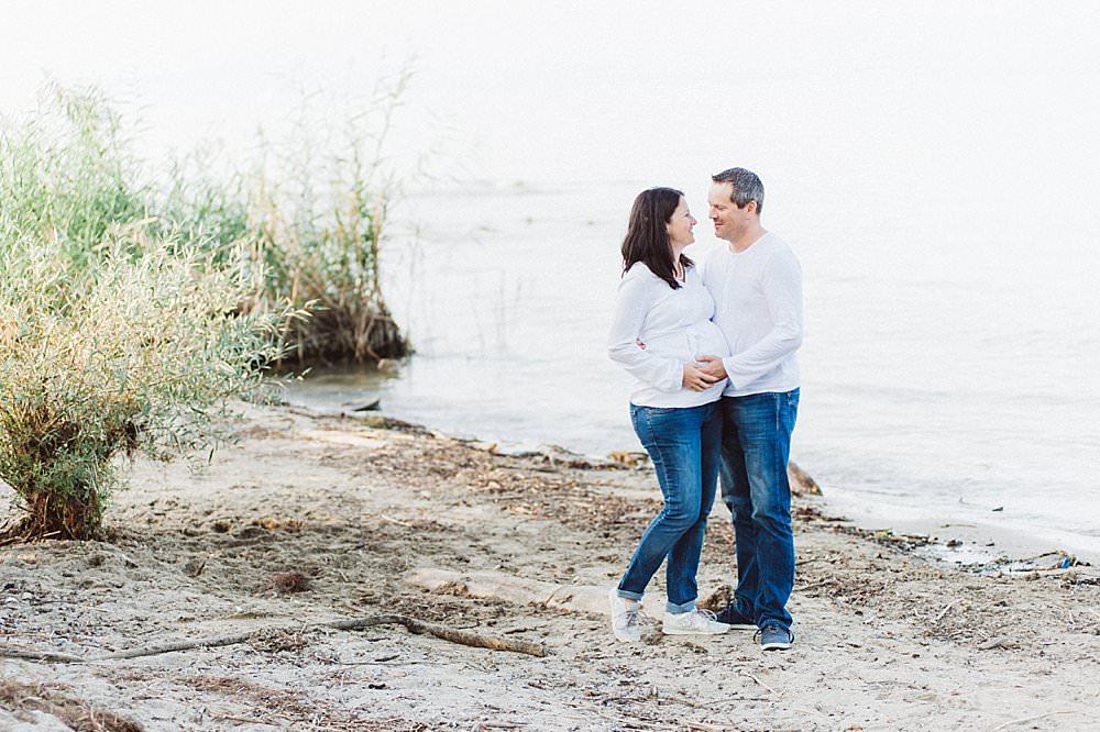 Verliebtes Paar am Seeufer