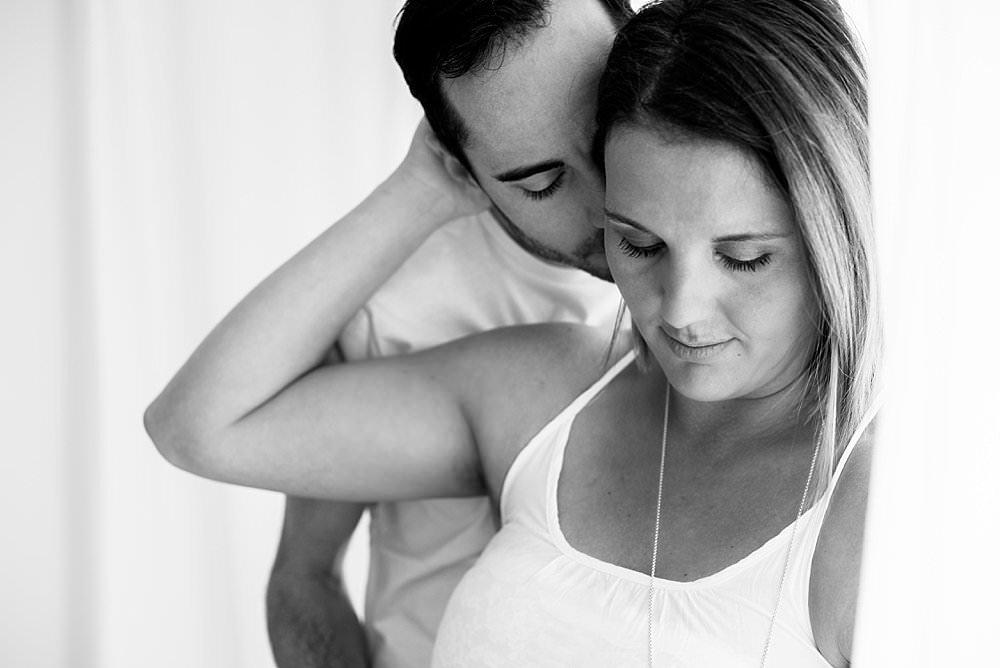 Werdender Vater liebkost seine Partnerin - schwarzweiß