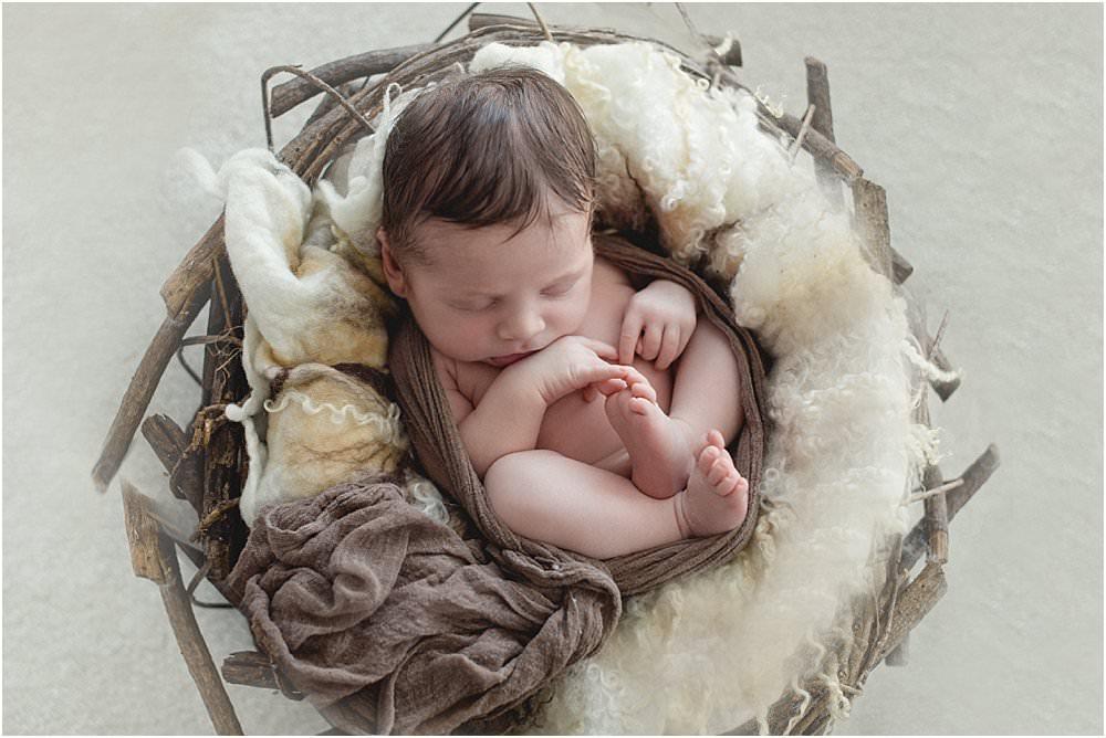 In einem Korb liegendes Baby
