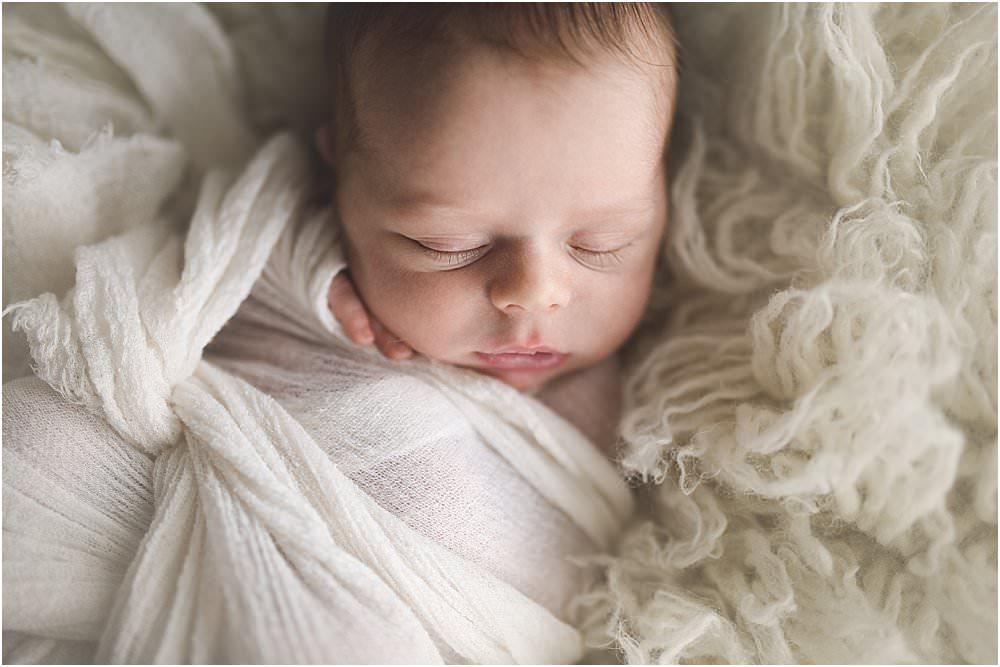 In Leinentuch eingewickeltes Baby