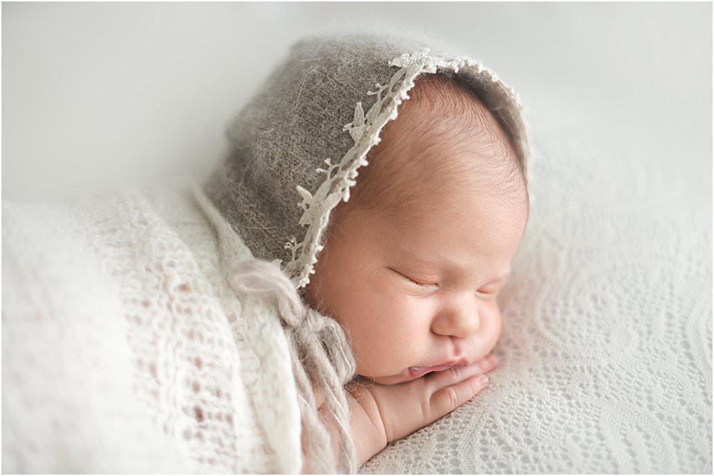 Schlafendes Baby mit Stoffmütze