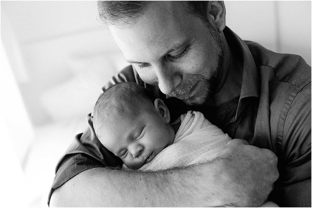 Stolzer Papa mit seiner neugeborenen Tochter - schwarzweiß