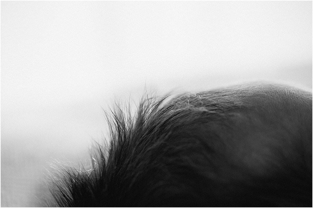 Nahaufnahme von Babyschopf - schwarzweiß