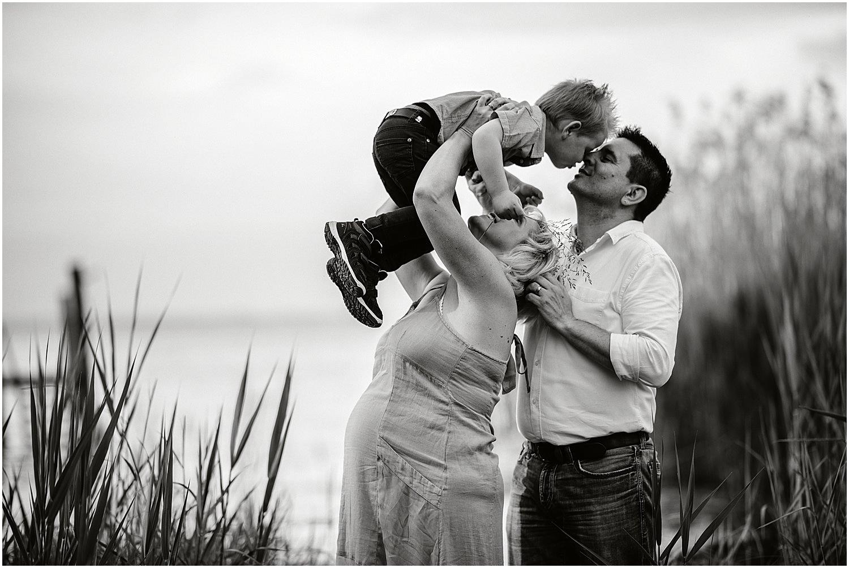 Natürliche Babybauchfotos, Babybauch Shooting Outdoor, Babybauch Shooting am See, Schwangerschaftsbilder natürlich, Schwangerschaftsbilder draussen, Fotograf Arbon, Fotograf Ostschweiz, Fotograf St. Gallen