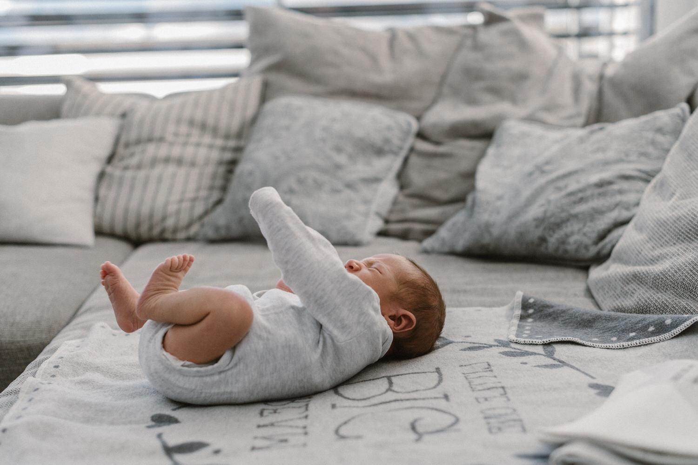 Lifestyle shooting, newborn zuhause, newborn reportage, home shooting, home shooting Schweiz, baby shooting zuhause, Fotograf Ostschweiz, Babyfotografie