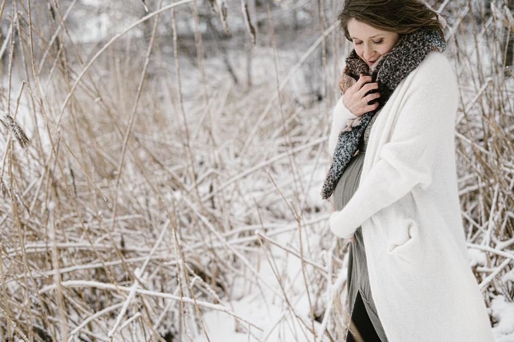 Babybauch im Schnee, Babybauch Winterbilder, Maternity Snow, Babybauch Fotograf, Babybauch Fotografie, Fotograf Ostschweiz, Fotograf Arbon, Fotograf Bodensee, Schwangerschaftsbilder, Schwangerschaftsfotograf